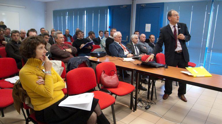 M-A Merelle, au 1er plan, et Robert Olliet présentent les résultats économiques 2009.