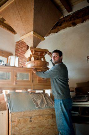 Stéphane Sansonetto devant son moulin en bois, acheté en Suède, dans la seule usine au monde qui en fabrique encore.