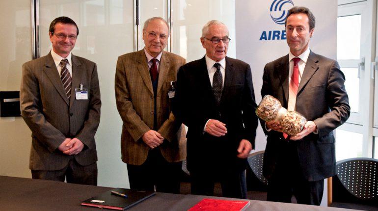 Fabrice Brégier (Airbus) tient à la main un échantillon des 22.000 t de plaquette bois qu'Yves Rigole (à gauche) et Henri Dedieu, de la COFOGAR, se sont engagés à fournir à l'avionneur.