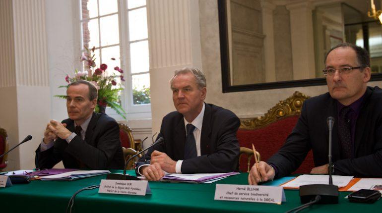 Le préfet de région, Dominique Bur, encadré de Michel Sallenave (à gauche) et Hervé Bluhm, présentait les chiffres 2010 de l'agriculture régionale.