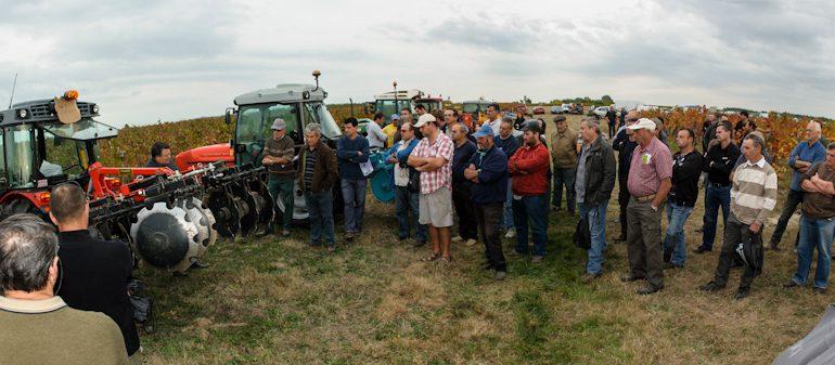 Plus de 60 viticulteurs et de nombreux techniciens sont venus assister à la démonstration de travail de sol des inter-rangs de vigne.