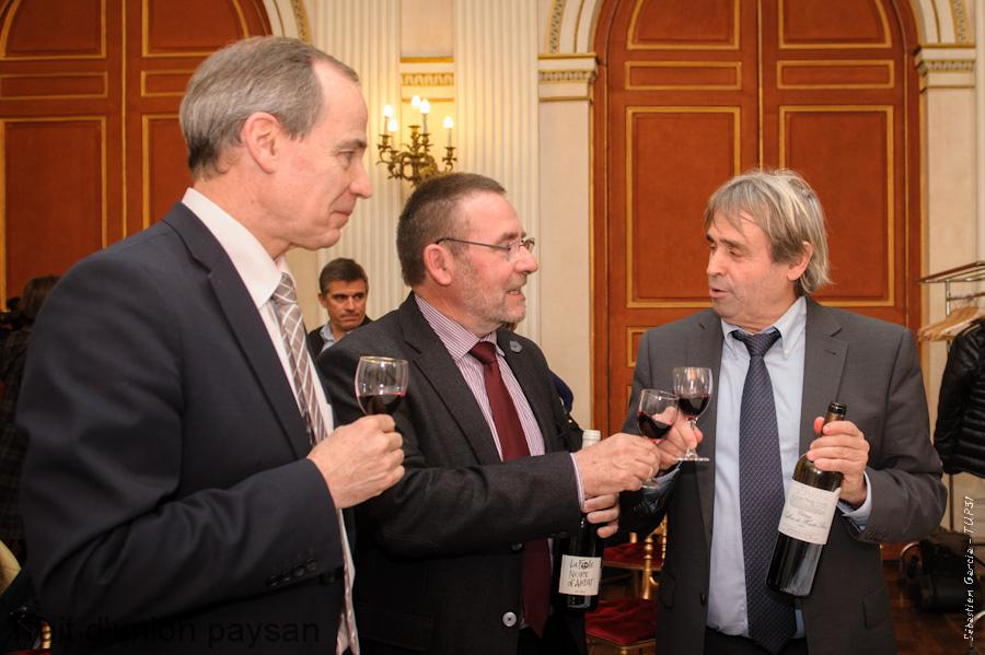 Une photo symbolique de l'évènement : Michel Defrancès (IVSO, au centre) et Jean-Marie Sigaud (UICV) trinquent ensemble, sous le regard de Michel Sallenave (DRAAF).