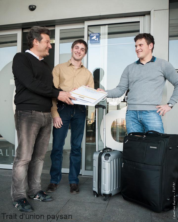 Pierre Lavail remet les derniers documents techniques à Julien Durrieu (au centre) et Ramuntxo Larronde, avant leur départ pour le Chili.