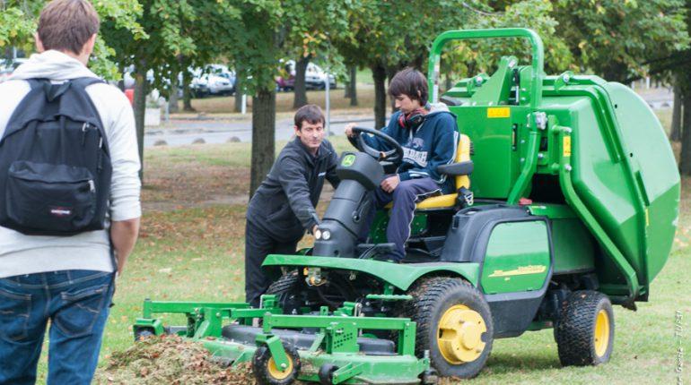 Les jeunes apprentis découvrent les derniers modèles de matériels Espaces Verts.