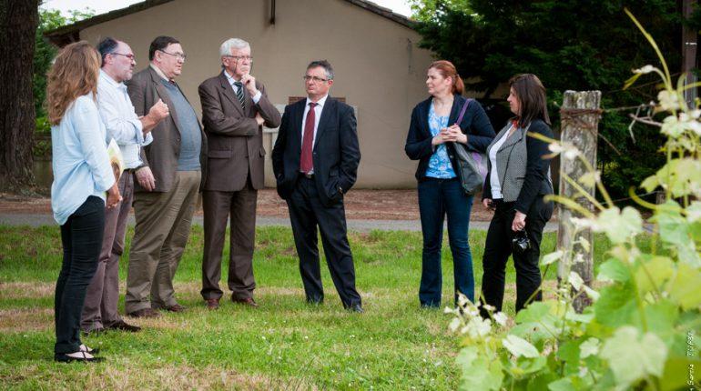 Michel Baylac (au centre), Président de la SAFER GHL et de l'AEIAR, et la délégation hongroise lors de la visite au Château Montauriol à Villaudric.