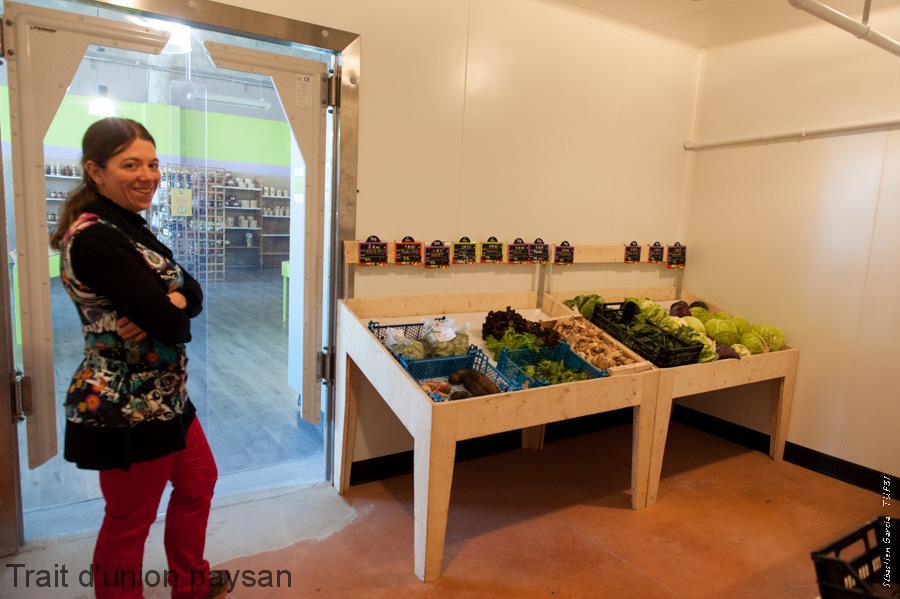Marie Cazenave Dans Le Rayon Fruits Et Légumes Installé Dans Une Chambre  Froide En Libre