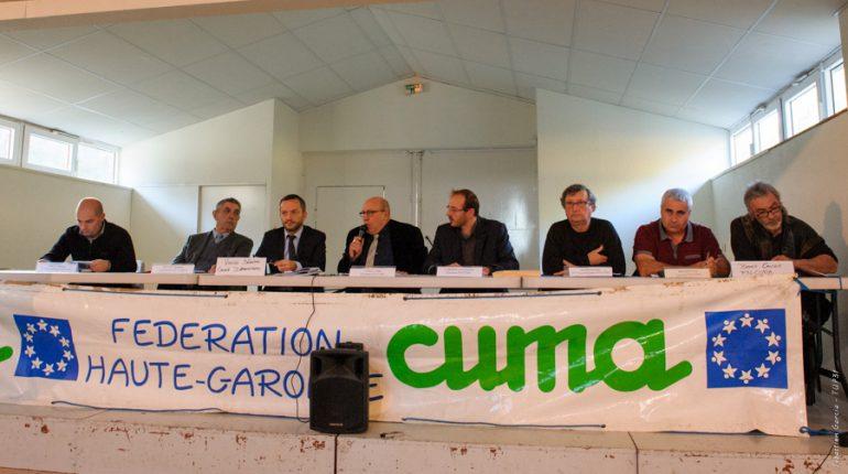 Alain Tapiau (micro) fait part à Sébastien Vincini, à sa droite, des inquiétudes des CUMA sur l'avenir des soutiens publics aux investissements.