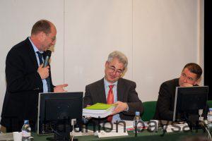 Yvon Parayre riait jaune en remettant un « pavé » de formulaires d'erreurs SNA au directeur de la DDT, Philippe Kahn.