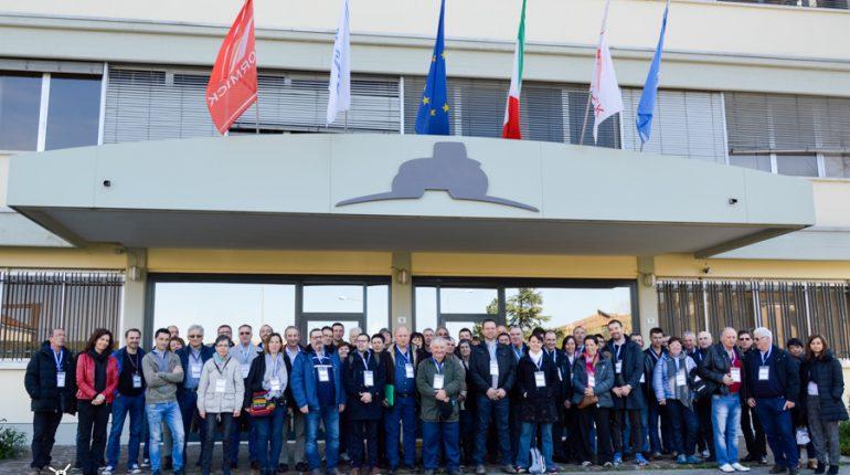 Toute l'équipe Cravero et leurs invités devant l'usine d'Emmergi.