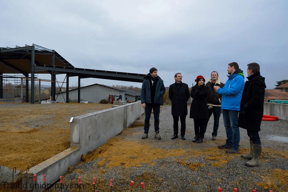 Autour de la sous-préfète (au centre), la délégation a visité le chantier et constaté que la charpente métallique du bâtiment de stockage de fourrages était en train d'être montée.
