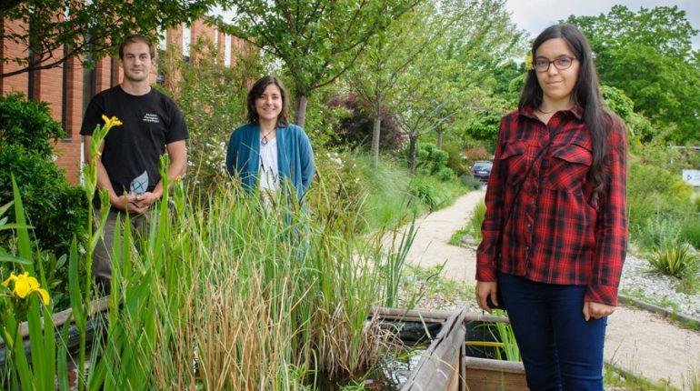 La directrice du CFAAH d'Auzeville, Caroline Frede-Vergnes (au centre), en compagnie de Yoann Pradel, ancien apprenti et aujourd'hui maitre d'apprentissage) et Amandine Darregert, qui débute son apprentissage en horticulture.