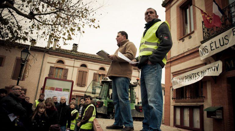 Agriculteurs, artisans, associations et habitants de Buzet sont venus protester contre un projet de construction d'une vaste zone industrielle.