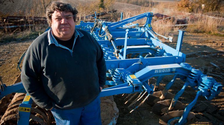 Serge Auriol devant le déchaumeur que les agriculteurs du Lauragais et la gendarmerie de Villefranche lui ont permis de retrouver.