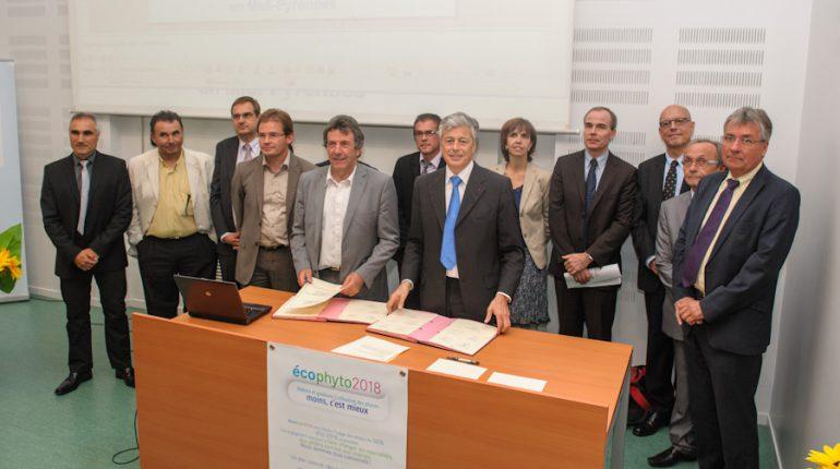 Jean-Louis Cazaubon (chambre régionale d'agriculture) et Henri-Michel Comet (préfet de Midi-Pyrénées), au milieu d'une partie des signataires de la charte