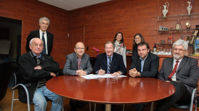 Hervé Le Floc'h-Louboutin, au centre, et Yvon Parayre, à sa droite, lors de la signature du protocole d'expropriation, avec tous les participants à son élaboration.