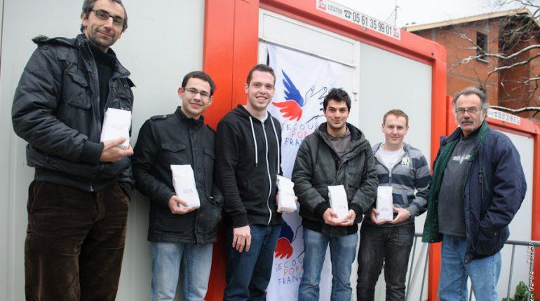 Thierry Poser (leur enseignant, à gauche) et Christian Prouzet (à droite), encadrent les quatre étudiants à l'origine de cette belle action de solidarité.