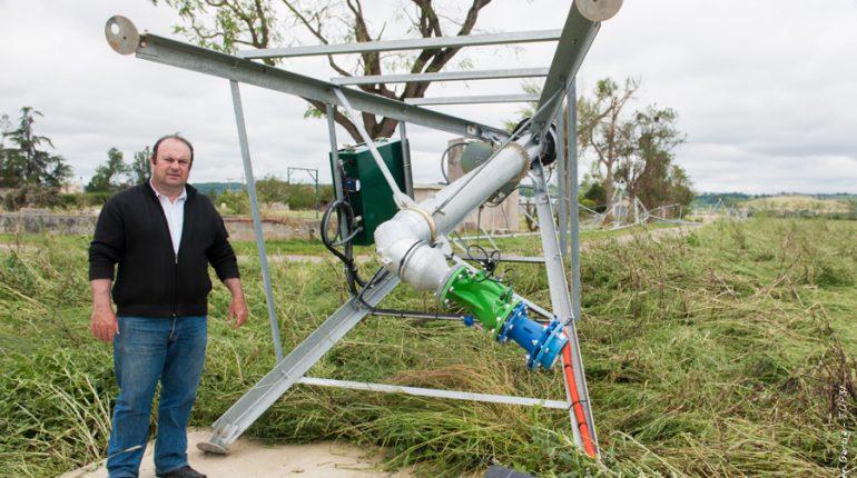 Jean-Philippe Roques, chef de l'exploitation agricole du lycée, devant le pivot arraché par le vent.