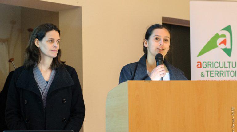 Marjorie Caminade (à droite) parle des pistes explorées pour diminuer sa consommation de produits phytosanitaires.