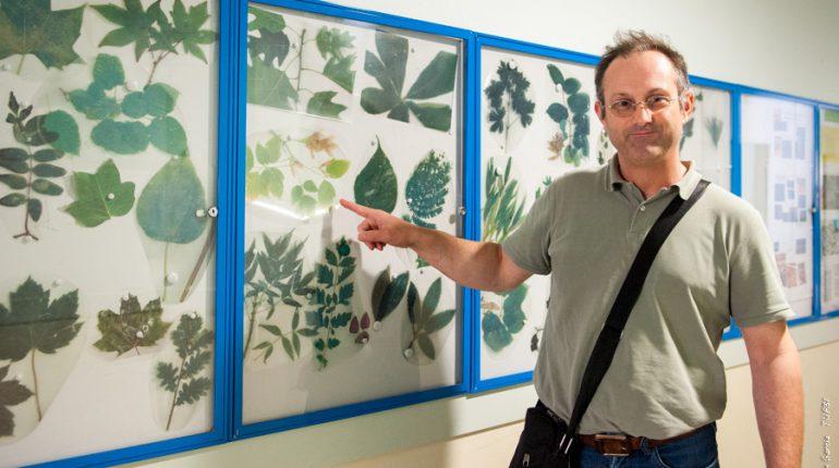 Emmanuel Piquet, formateur à Ondes, devant le panneau qu'il a créé pour aider les jeunes à mieux reconnaître les végétaux qu'ils seront amenés à croiser dans leur vie professionnelle.