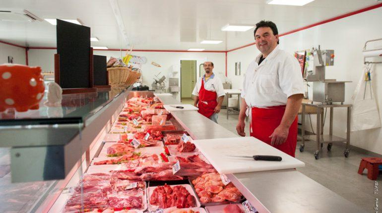 Didier Limouzin et son boucher adjoint, Christian Valera, dans la nouvelle boucherie de Cazères.