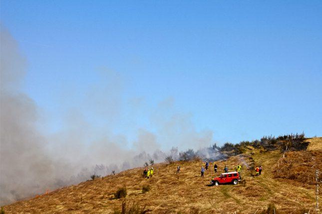 L'écobuage se réalise toujours sous la supervision des pompiers.