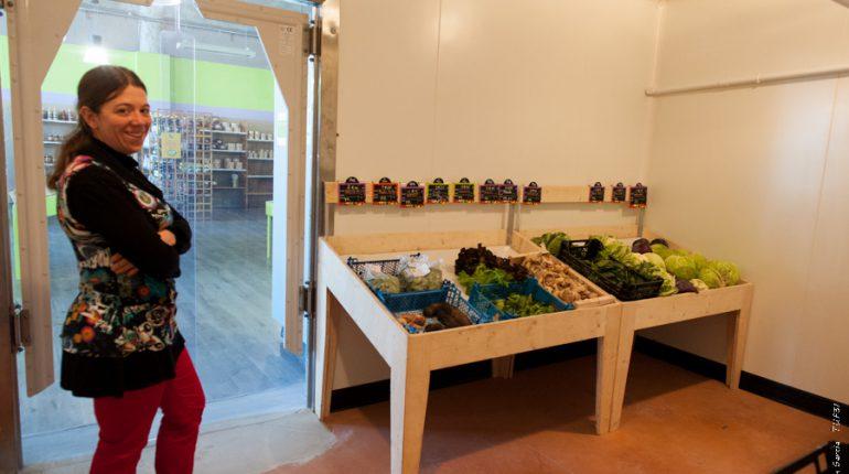 Marie Cazenave dans le rayon Fruits et légumes installé dans une chambre froide en libre-service