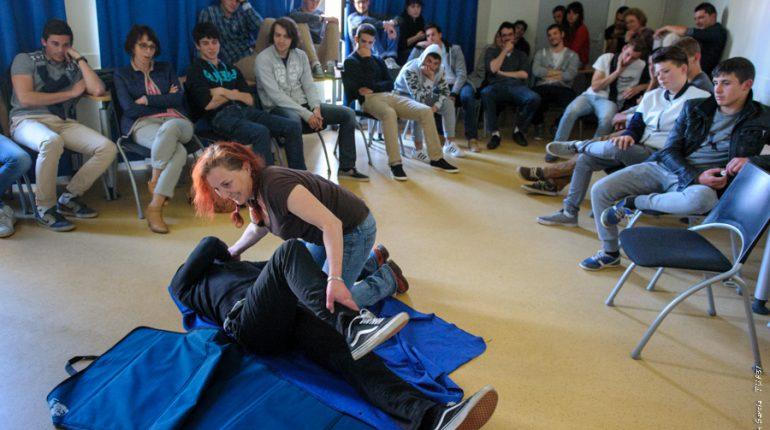 Hélène Hamel, formatrice au CFPPA, montre les gestes qui sauvent aux élèves et formateurs d'Auzeville