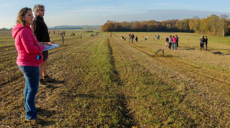 Mathilde Riom et Yann Bacou (à gauche) ont réussi à mobiliser les gens du village autour de leur projet d'élevage agroforestier.